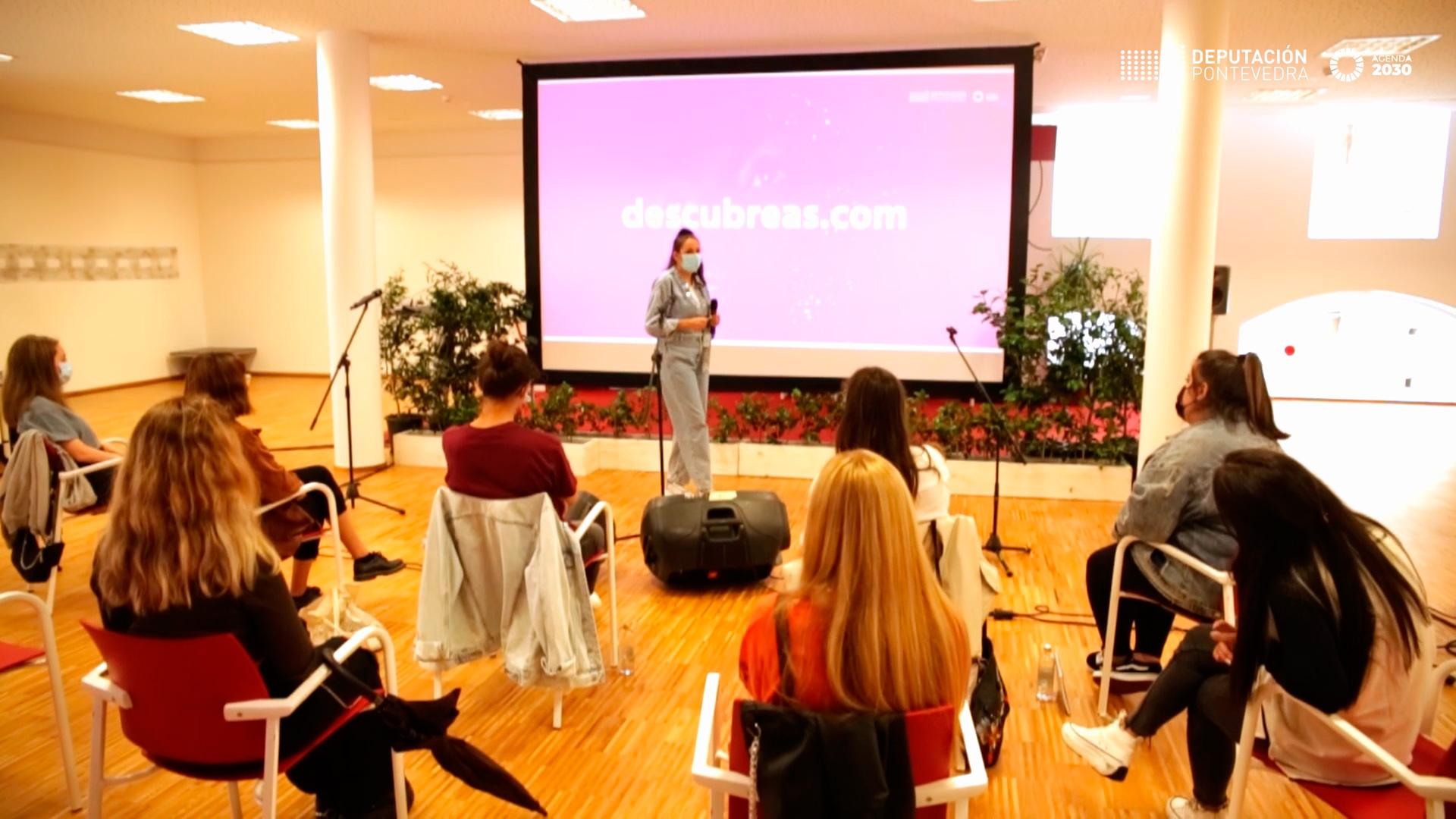 la cantante y compositora Woyza en una mentoría con las participantes de Descúbreas
